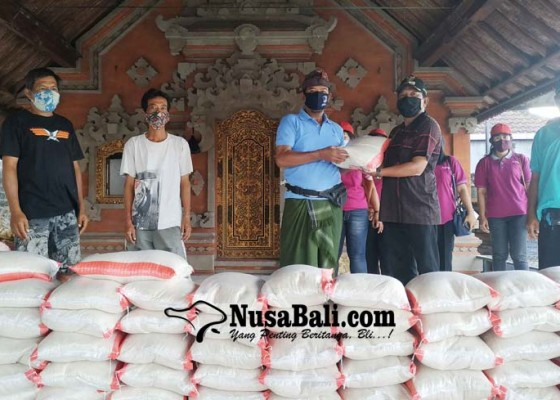 Nusabali.com - warga-desa-sudimara-digelontor-702-paket-beras