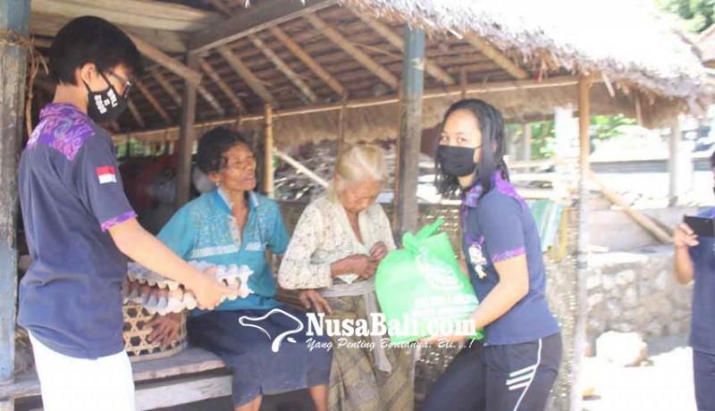 www.nusabali.com-osis-sma-pgri-bagikan-sembako-di-tiga-desa