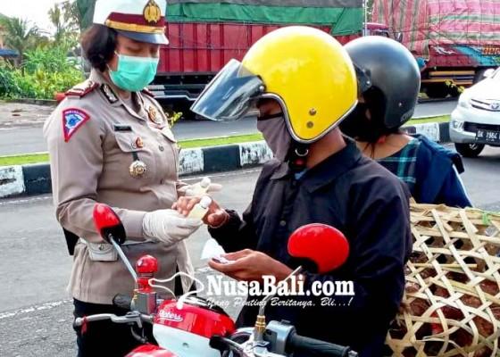 Nusabali.com - polres-gianyar-bagi-bagi-masker-dan-hand-sanitizer