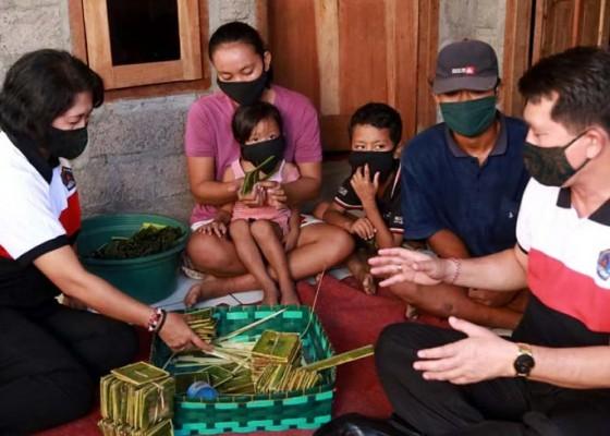 Nusabali.com - kk-miskin-di-gunaksa-terima-bantuan-kasur