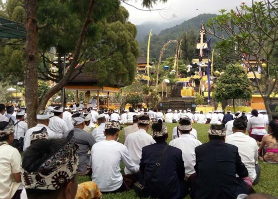 Nusabali.com - umat-hindu-pujawali-di-gunung-salak