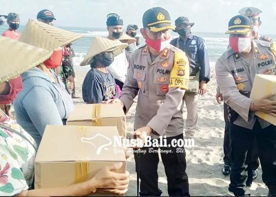 Nusabali.com - kapolres-badung-bagi-sembako-untuk-nelayan-canggu