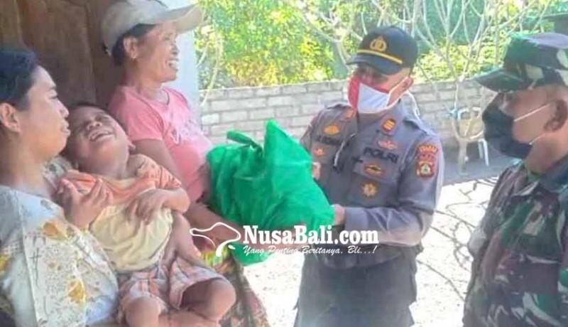 www.nusabali.com-polsek-dan-koramil-kubu-bantu-warga-disabilitas