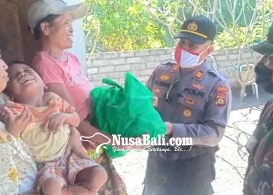 Nusabali.com - polsek-dan-koramil-kubu-bantu-warga-disabilitas