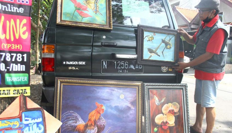 www.nusabali.com-pajang-lukisan-di-pinggir-jalan