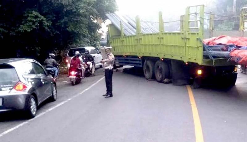 www.nusabali.com-truk-muat-besi-42-ton-tak-kuat-nanjak-jalur-denpasar-gilimanuk-macet-sejam