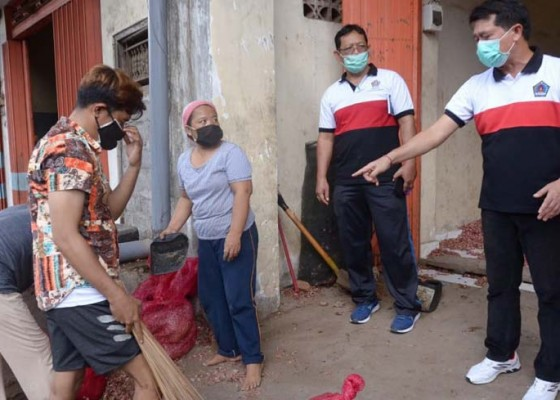 Nusabali.com - sampah-dagang-bawang-meluber-ke-jalan-raya