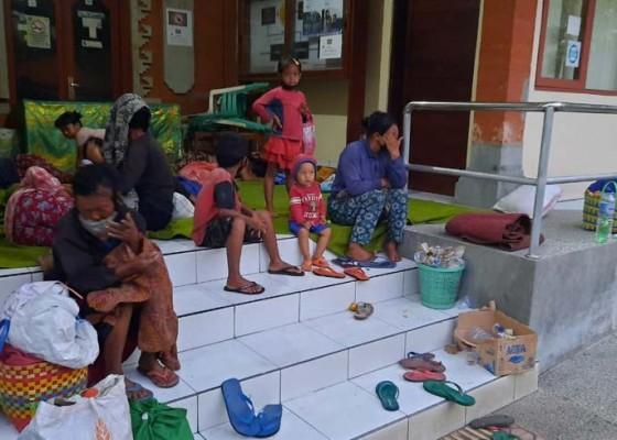 Nusabali.com - warga-muntigunung-bawa-bayi-menggepeng-di-buleleng