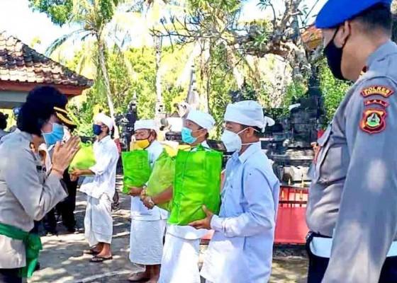 Nusabali.com - kapolres-karangasem-gelontor-sembako-untuk-pemangku