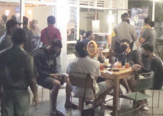 Nusabali.com - langgar-protokol-kesehatan-pengunjung-kafe-dibubarkan