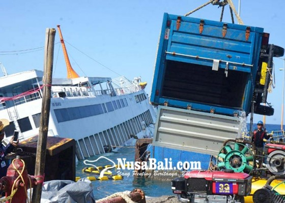 Nusabali.com - kendaraan-mulai-dievakuasi-dari-kmp-dharma-rucitra-3