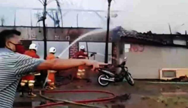 www.nusabali.com-diduga-korsleting-listrik-rumah-kos-terbakar