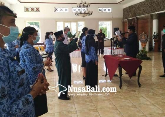 Nusabali.com - 13-bidan-ptt-disumpah-bupati-buleleng-ingatkan-dedikasi