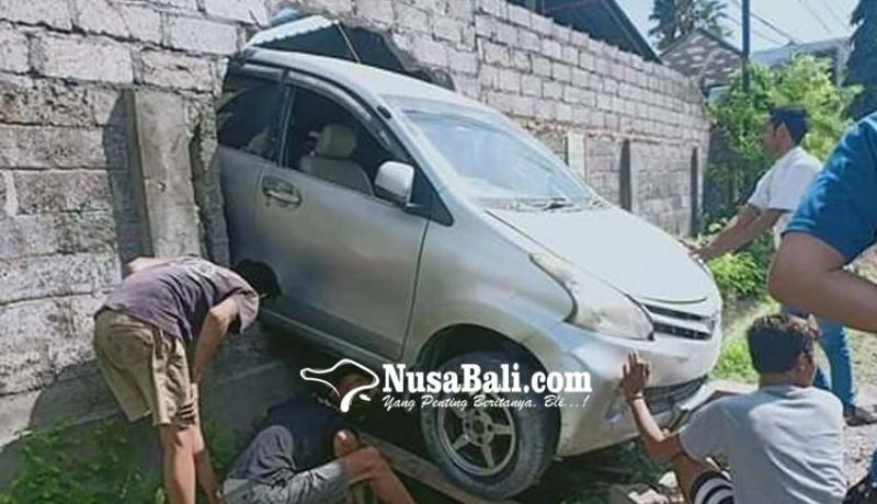 www.nusabali.com-mobil-tembus-tembok-di-batubulan