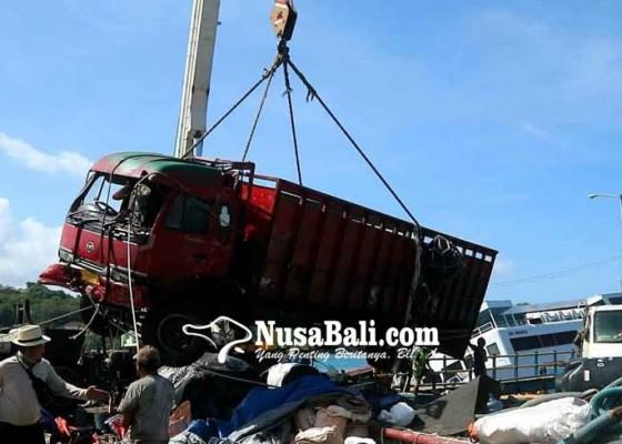 Nusabali.com - evakuasi-kendaraan-terganggu-ombak-pantai