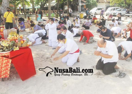 Nusabali.com - umat-dari-vihara-dharmayana-gelar-tradisi-peh-cun-di-pantai-kuta