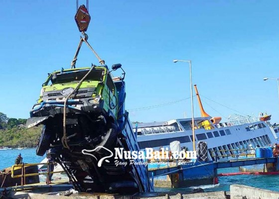 Nusabali.com - evakuasi-dua-truk-selama-10-jam