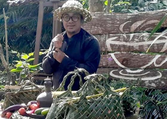 Nusabali.com - di-tangan-seniman-bakti-wiyasa-anyaman-kisa-bernilai-ekonomis
