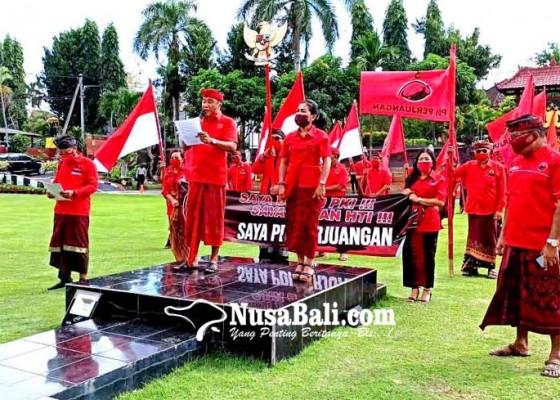 Nusabali.com - geruduk-mapolres-minta-pelaku-pembakar-bendera-diadili