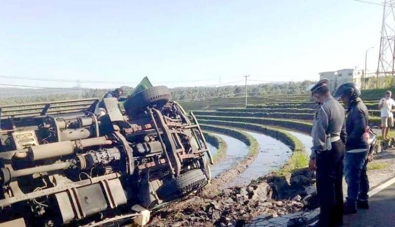 www.nusabali.com-hindari-tabrakan-truk-muat-pakan-ternak-ayam-terguling