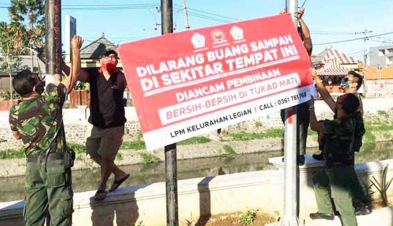 www.nusabali.com-lpm-legian-pasang-spanduk-larangan-buang-sampah-di-tukad-mati