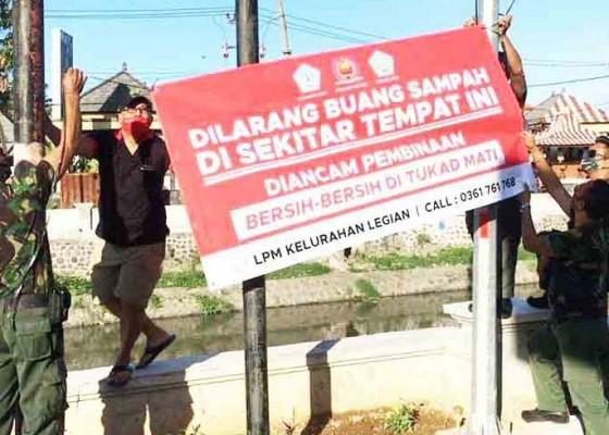Nusabali.com - lpm-legian-pasang-spanduk-larangan-buang-sampah-di-tukad-mati