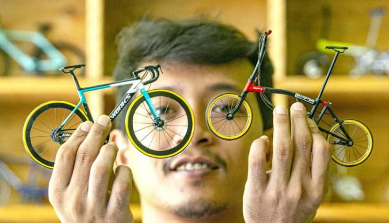 www.nusabali.com-miniatur-sepeda-berbahan-sedotan