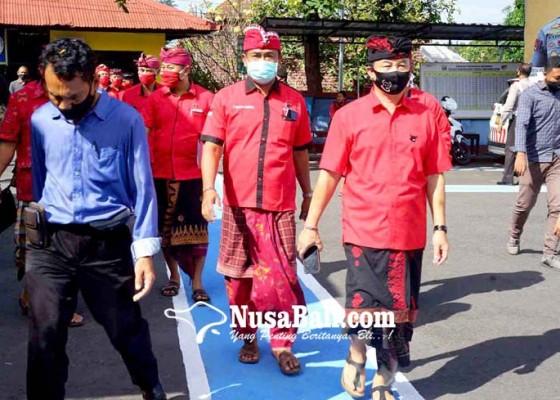 Nusabali.com - pdip-karangasem-bangli-aksi-solidaritas-ke-mapolres