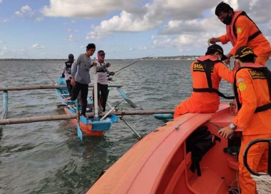 Nusabali.com - sampan-terbalik-1-pemancing-hilang-1-selamat