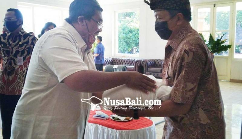 www.nusabali.com-relawan-satgas-covid-19-desa-adat-buleleng-dibantu-beras