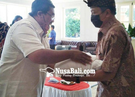 Nusabali.com - relawan-satgas-covid-19-desa-adat-buleleng-dibantu-beras