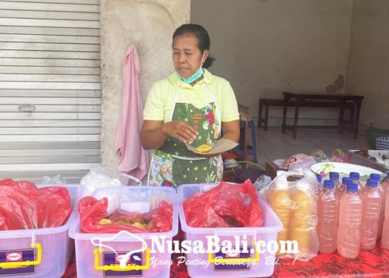 Nusabali.com - mek-kembar-lestarikan-jajanan-tradisional-bali-sejak-2006