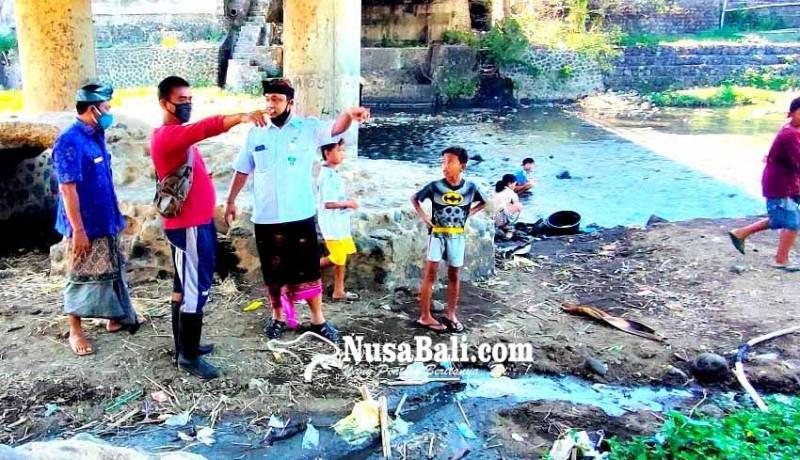 www.nusabali.com-bandel-pengusaha-tahu-buang-limbah-ke-tukad-saba