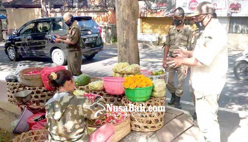 www.nusabali.com-satpol-pp-tertibkan-pedagang-di-atas-trotoar