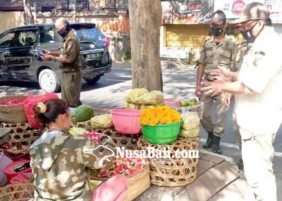 Nusabali.com - satpol-pp-tertibkan-pedagang-di-atas-trotoar