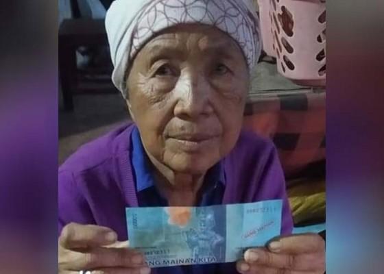 Nusabali.com - lagi-nenek-pedagang-canang-dibayar-uang-mainan