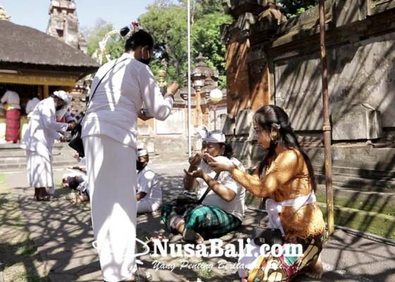 Nusabali.com - persembahyangan-saraswati-terapkan-protokol-kesehatan