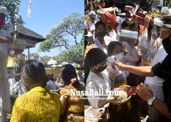 Nusabali.com - pamangku-pakai-apd-sembahyang-saraswati-terapkan-protokol-covid-19
