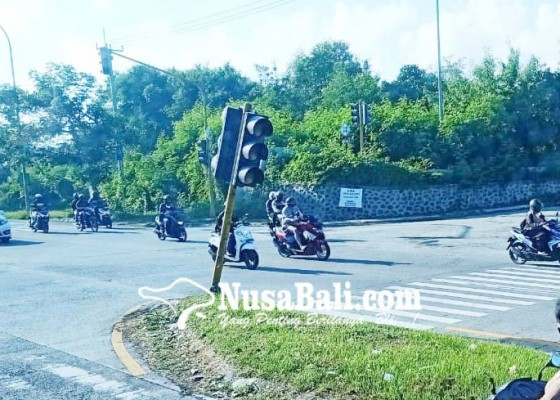 Nusabali.com - traffic-light-nyaris-roboh-dibiarkan