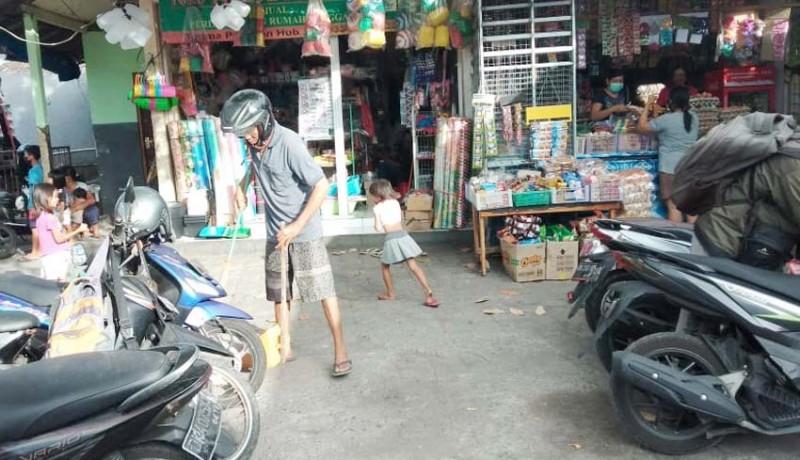 www.nusabali.com-tak-pakai-masker-dihukum-nyapu-halaman-pasar