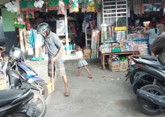 Nusabali.com - tak-pakai-masker-dihukum-nyapu-halaman-pasar