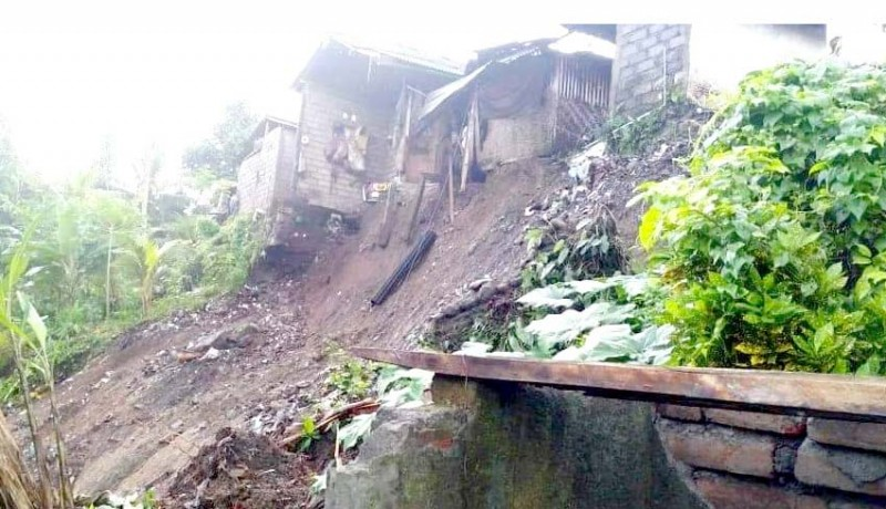 www.nusabali.com-hujan-deras-rumah-warga-miskin-tergerus-longsor