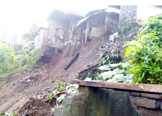 Nusabali.com - hujan-deras-rumah-warga-miskin-tergerus-longsor