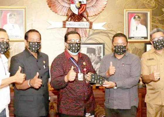 Nusabali.com - wabup-sanjaya-terima-10-ribu-masker-bantuan-dari-bali-united