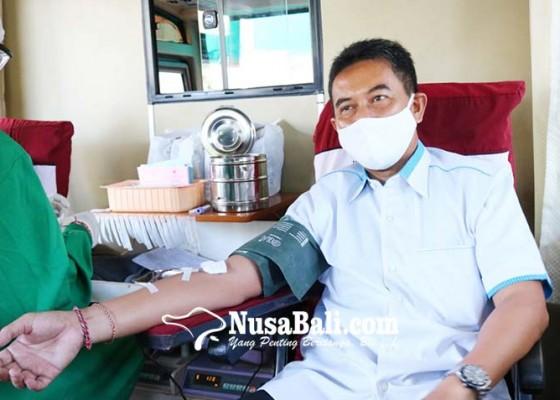 Nusabali.com - bantu-atasi-krisis-darah-dprd-buleleng-donorkan-darah