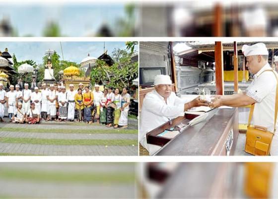 Nusabali.com - bersyukur-karyawan-nusabali-sembahyang-di-pura-candi-narmada
