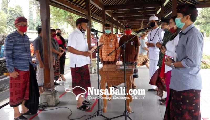 www.nusabali.com-bupati-ambil-sumpah-49-pns