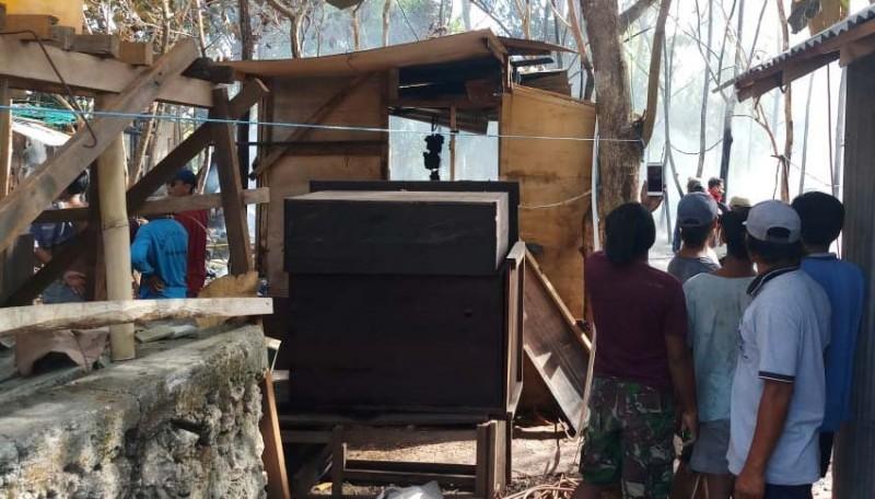 www.nusabali.com-4-bedeng-dan-1-sepeda-motor-di-desa-sakti-ludes-terbakar