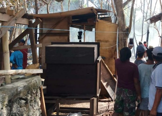 Nusabali.com - 4-bedeng-dan-1-sepeda-motor-di-desa-sakti-ludes-terbakar