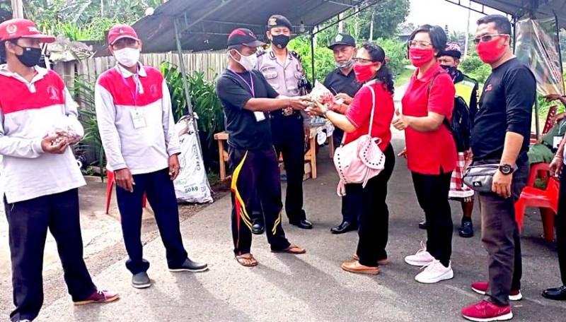 www.nusabali.com-relawan-srikandi-kaliakah-pasok-bumbu-warga-karantina